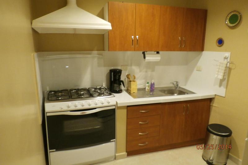 Küche mit allen Töpfen / Pfannen, Geschirr und Koch Gadgets, die Sie benötigen!
