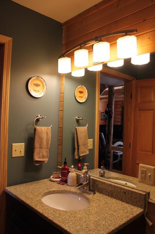 Badezimmer mit Dusche/Badewanne