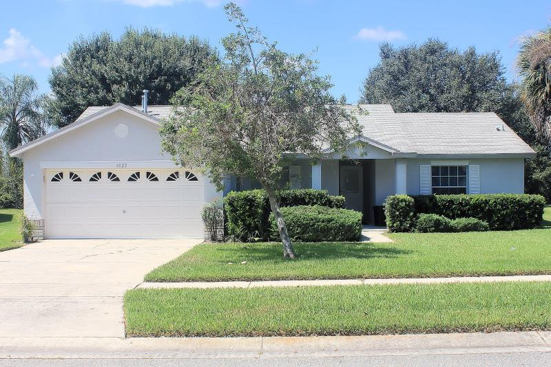An extremely well maintained villa. 3 bed/2 bath and swimming pool. Close to Disney and shops.