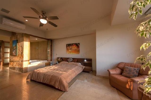 El dormitorio principal en suite con jacuzzi privado es