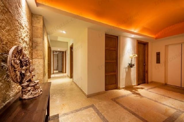 Hall de ascensor privado y pasillo a las habitaciones