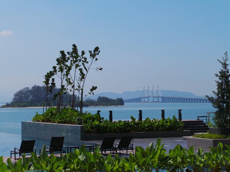 Piscina de beiral infinito com vista magnífica da ponte Penang