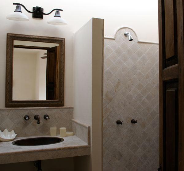 Completo bagno adiacente salotto-3 ° piano