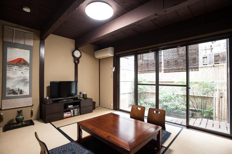 Giapponese tatami soggiorno con Kotatsu incavato