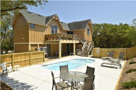 Parte posterior de la casa y la piscina