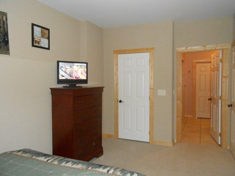 Raboteuse avec TV à écran plat dans la troisième chambre