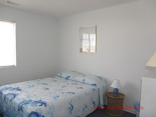 Middle Bedroom w/ Queen Bed