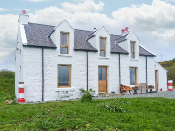 RED CHIMNEYS COTTAGE, WiFi, outdoor seating area, woodburning stove, stunning, Ferienwohnung in Dunvegan