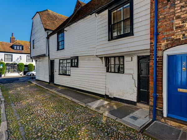 FLUSHING HOUSE, Grade II* listed character cottage, king-size beds, WiFi, great, vacation rental in Playden