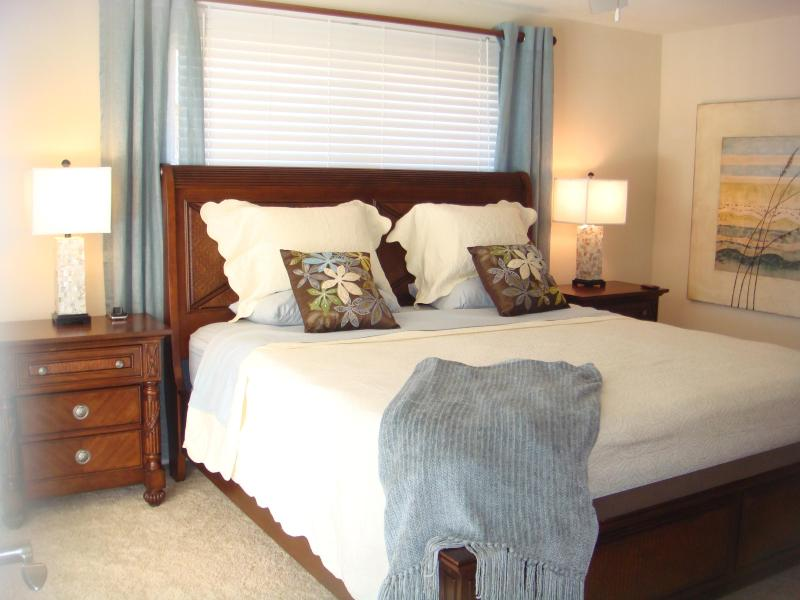 Master bedroom w/Flat screen TV & king size bed and ensuite bathroom
