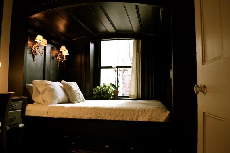 Separate Bedroom (Queen Bed)