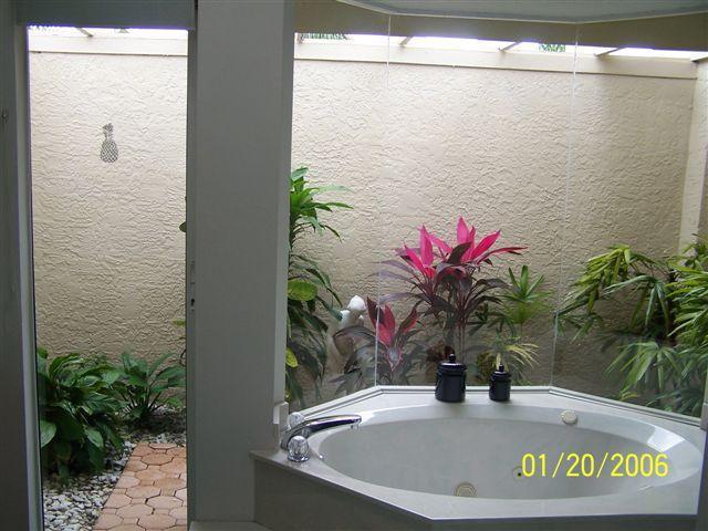 Bañera de hidromasaje Master con jardín privado