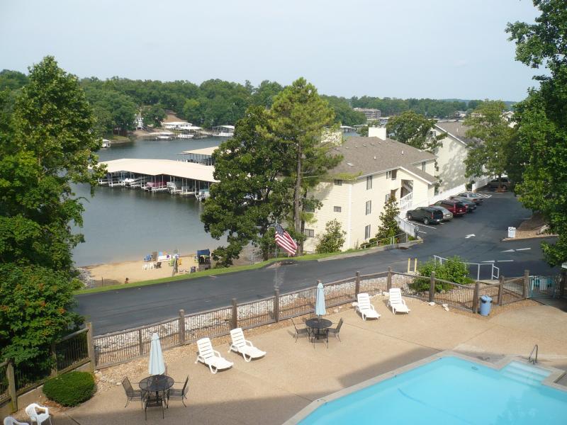 Vue depuis notre balcon ; piscine, plage et Crique