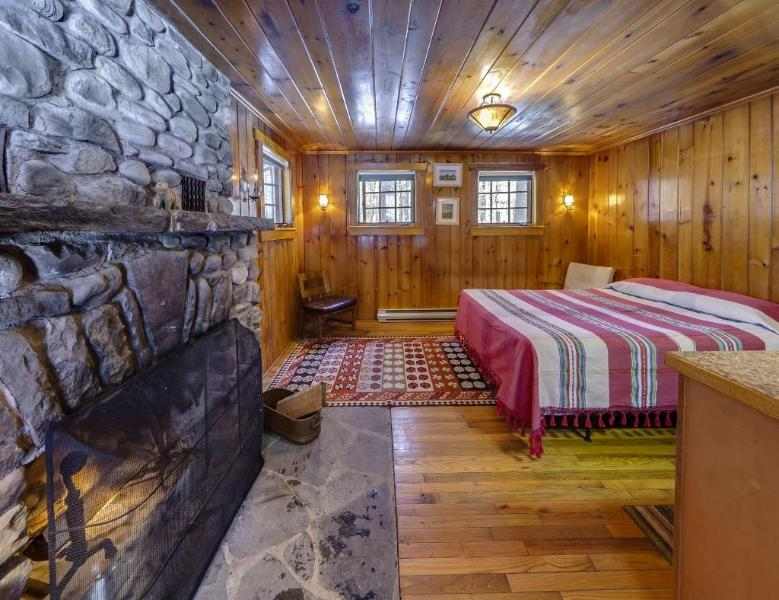 Isolated Knotty Pine Charming Cabin on 575 Acre Preserve, casa vacanza a Port Jervis