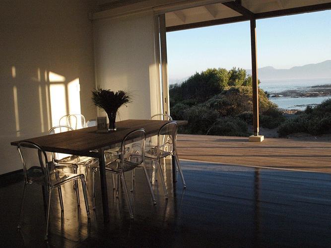 Portes en verre se retirer en toute transparence pour se fondre à l'extérieur et ouverte salle à manger et cuisine.