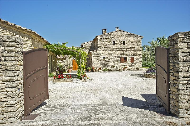 Romantic, Charming 1 Bedroom Cottage Gordes, Luberon, Provence, holiday rental in Coustellet