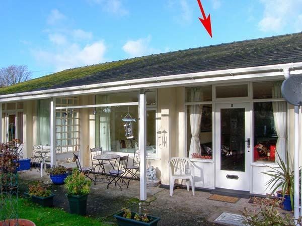 3 RIVERSIDE BUNGALOWS, single-storey property with lawned garden, off road, location de vacances à Llanbedr