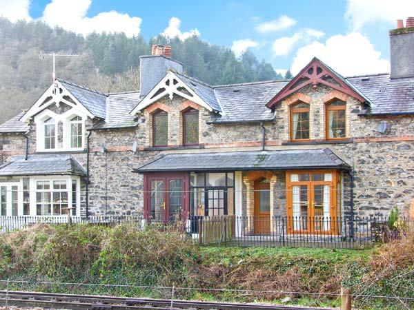 NO 3 RAILWAY COTTAGES, family friendly, country holiday cottage, with a garden, vacation rental in Betws-y-Coed