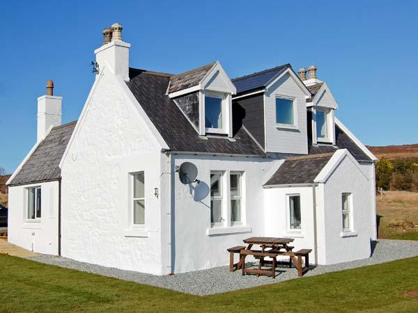HILL COTTAGE, multi-fuel stove, lawned garden, good views in Dunvegan, Ref 21750, holiday rental in Colbost