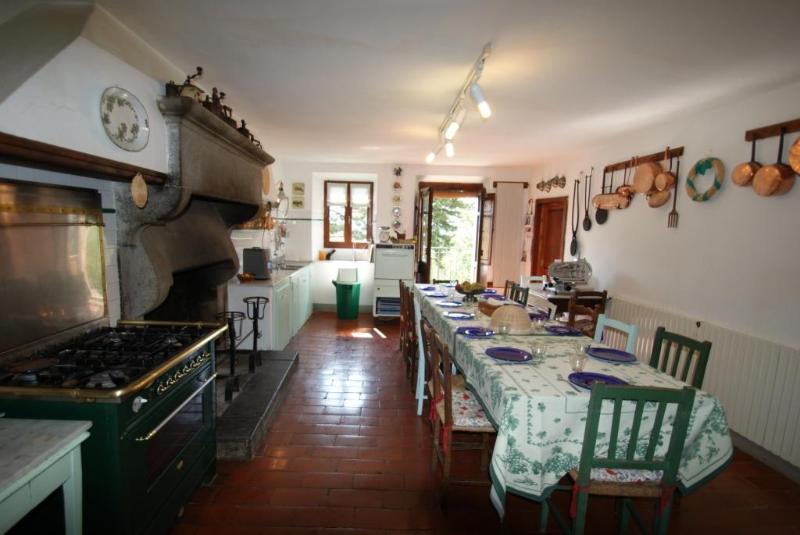 Cozinha com mesa café longo