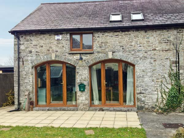 5 BUARTH Y BRAGWR, picture windows, pet-friendly, en-suite bedroom with Jacuzzi, holiday rental in Pentrefelin
