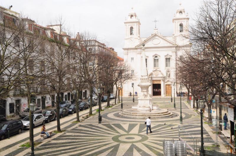 Directe volledige weergave van de Praca Sao Paulo en zijn kerk, vanaf de kleine veranda op elk venster