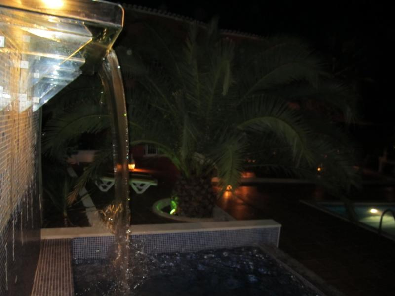 verwarmd zwembad met waterval