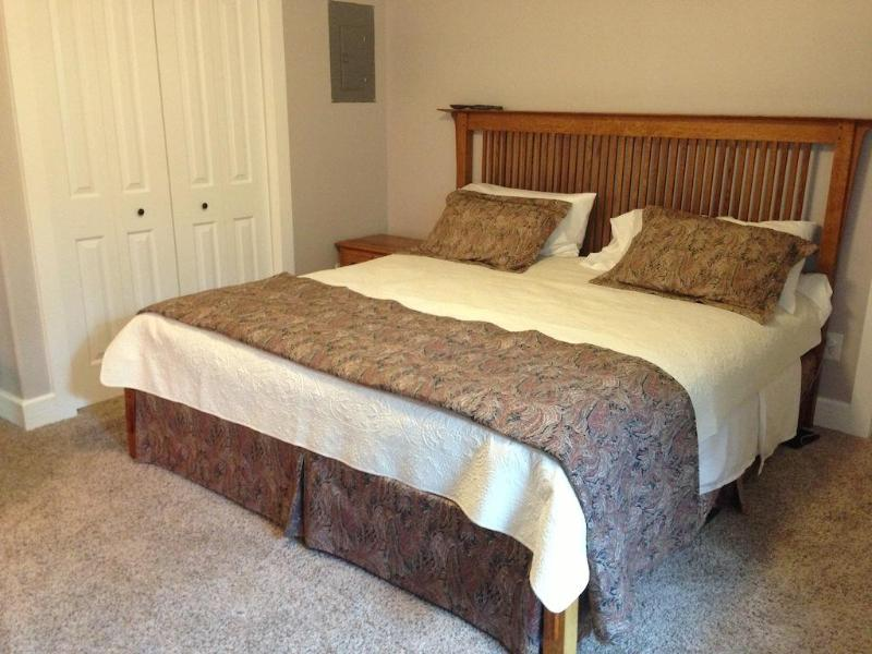 Master bedroom met kingsize bed - Nieuwe Deluxe Serta Icomfort matras, donzen dekbed en donzen kussens