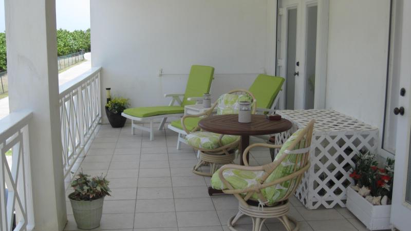Un sacco di spazio per rilassarsi sul balcone rivolto verso sud coverered