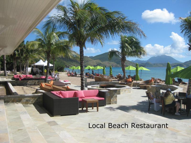 Un'altra spiaggia bar/restaurant...less di 2 miglia di distanza.
