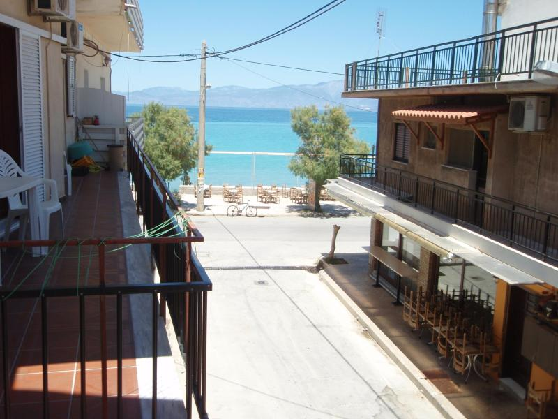 Seaview beach apartment in Korinthia, vacation rental in Kato Diminio