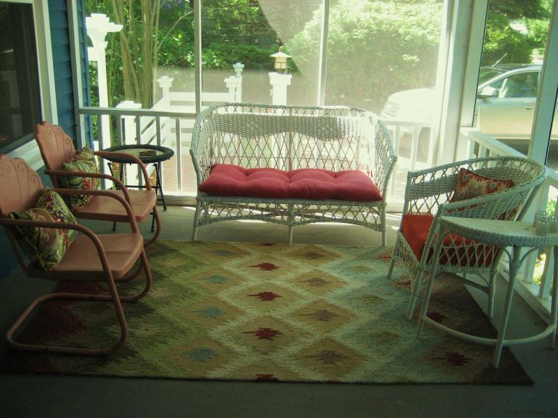 Projeté devant le porche. Prendre votre café de matin ici et écouter les chant des oiseaux
