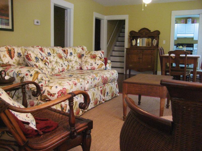 Grande salle à la recherche dans la cuisine et escalier menant au deuxième étage