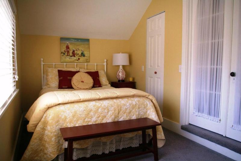 Deuxième étage chambre avec grand lit donne sur l'arrière-cour