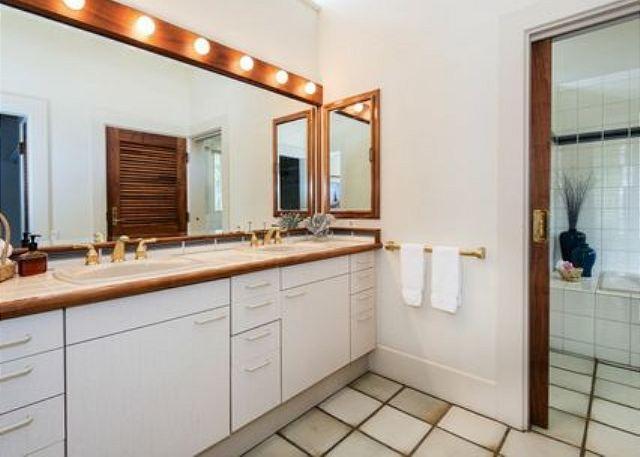 Uno de los ocho cuartos de baño para invitados.