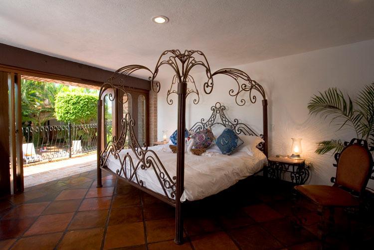 Veranda niveau slaapkamer. Met uitzicht op het zwembad met en-suite badkamer