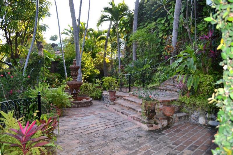 Gronden zijn omringd met prachtige tuinen en fonteinen