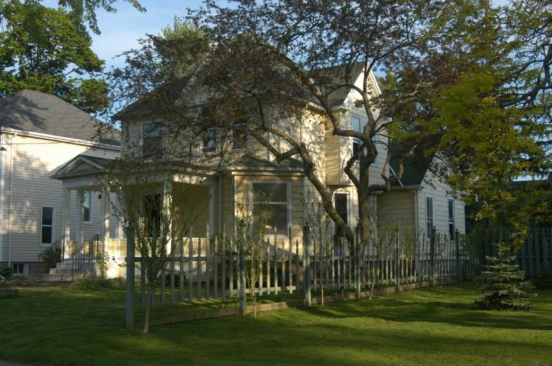 Historic Victorian Style House Walk to Niagara Falls, vacation rental in Niagara Falls