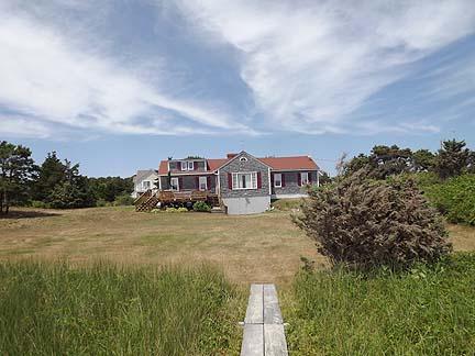 Rückseite des Hauses vom Weg zum Strand