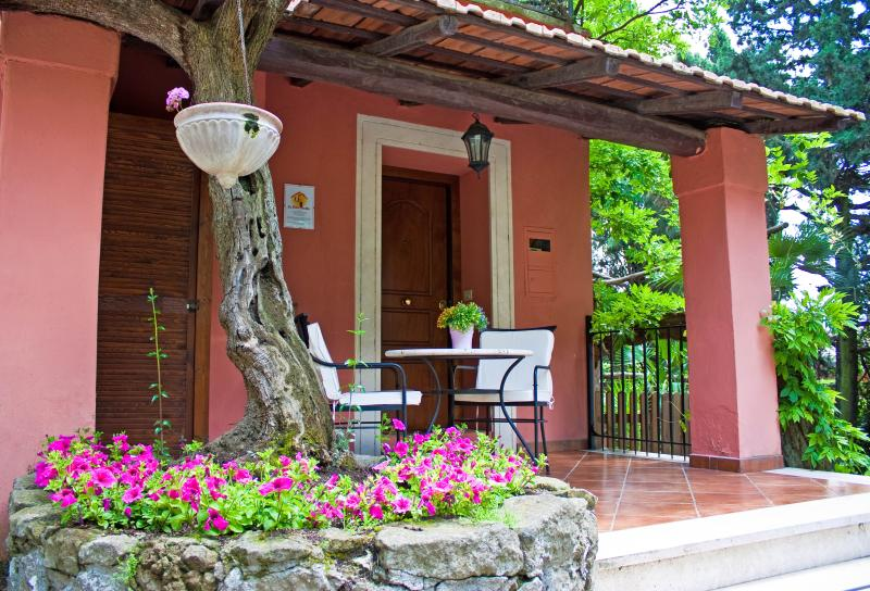 Charming and Romantic Cottage hill nearby Rome, vacation rental in Aranova