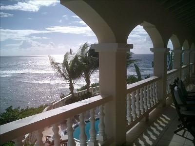 Balcón con vistas a la piscina y el océano en Paradise Point, St. Croix