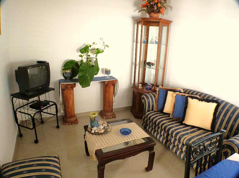 Sala de estar con TV por cable