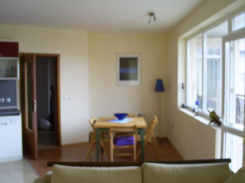 Área de refeições e porta para varanda