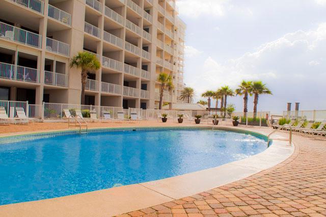 piscina al aire libre con zona de descanso amplia sol.