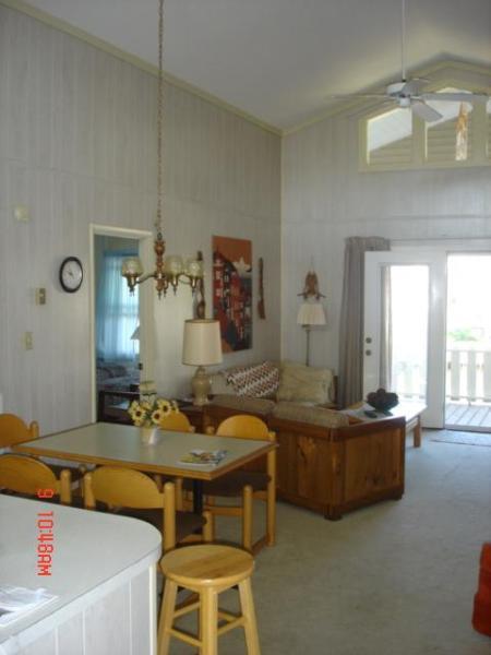Grande salle, regardant à travers la cuisine vers le canal