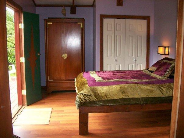 Chambre à coucher. Confortable Q sz. Matelas Sealy posturepedic, personnalisés double portes s'ouvrent sur la véranda