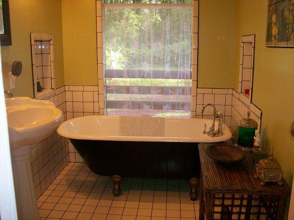 Baquet de bain antique sur pattes pour le trempage et détente (bulles, sels et des serviettes fournies)
