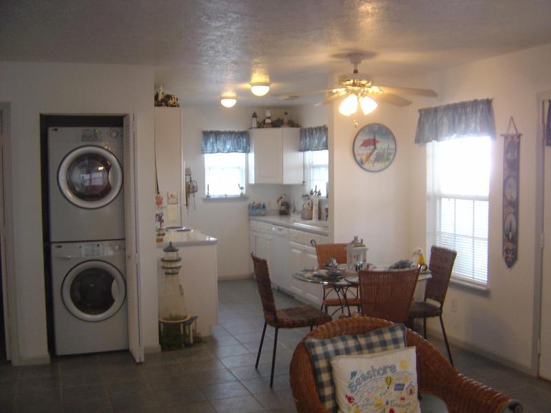 Cuisine/salle à manger avec laveuse/sécheuse