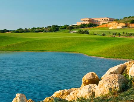 Amendoeira Golf Course is just 10 minutes drive. Many more are within a 25 minute drive.