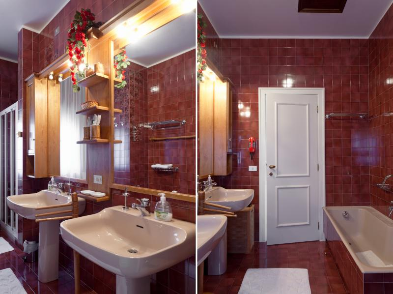 Bathroom with bath and shower ( 2 sinks )